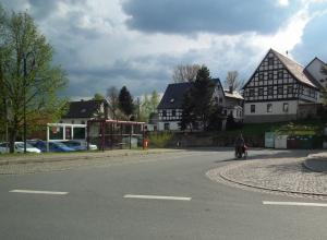 In unserem Dorf gibt es noch schöne Fachwerkhäuser.